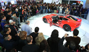 2014_Chevrolet_Corvette_Stingray_Crowd_BOS